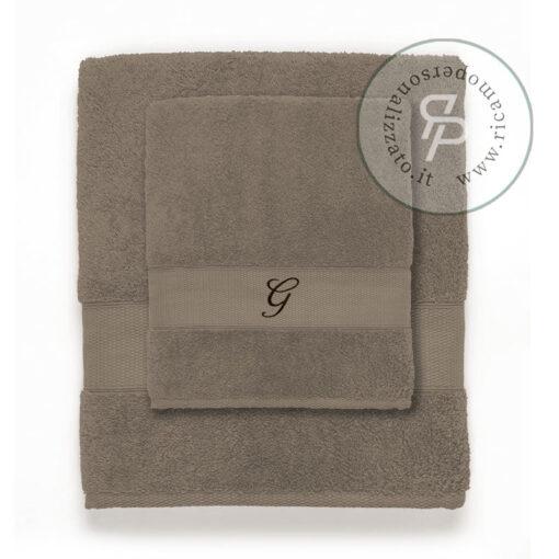 Asciugamano con monogramma su spugna neutra